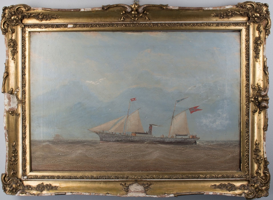 Skipsportrett av DS FJALIR på åpent hav. Skonnerseil på begge master og 2 forseil. Under gaffelen splittflagg (unionsflagg) og på fortopp kompaniflagg.