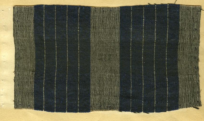 Anmärkningar: Vävnadsprov av Olga Anderzons samling. Möbeltyg. Fru Stävre Salbohed, Wäster Färnebo Socken. Vävprov av halvylle i tuskaft, randigt. Bomullsvarpen är randad i blått och vitt. Inslaget av ull är i brunt.