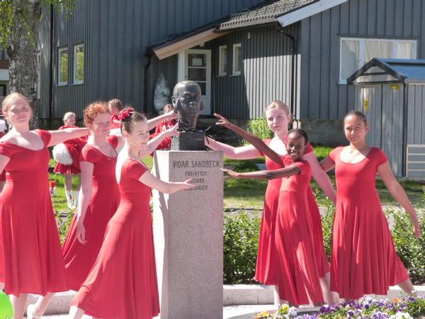Dansere rundt Sandbeckbyste. Foto/Photo