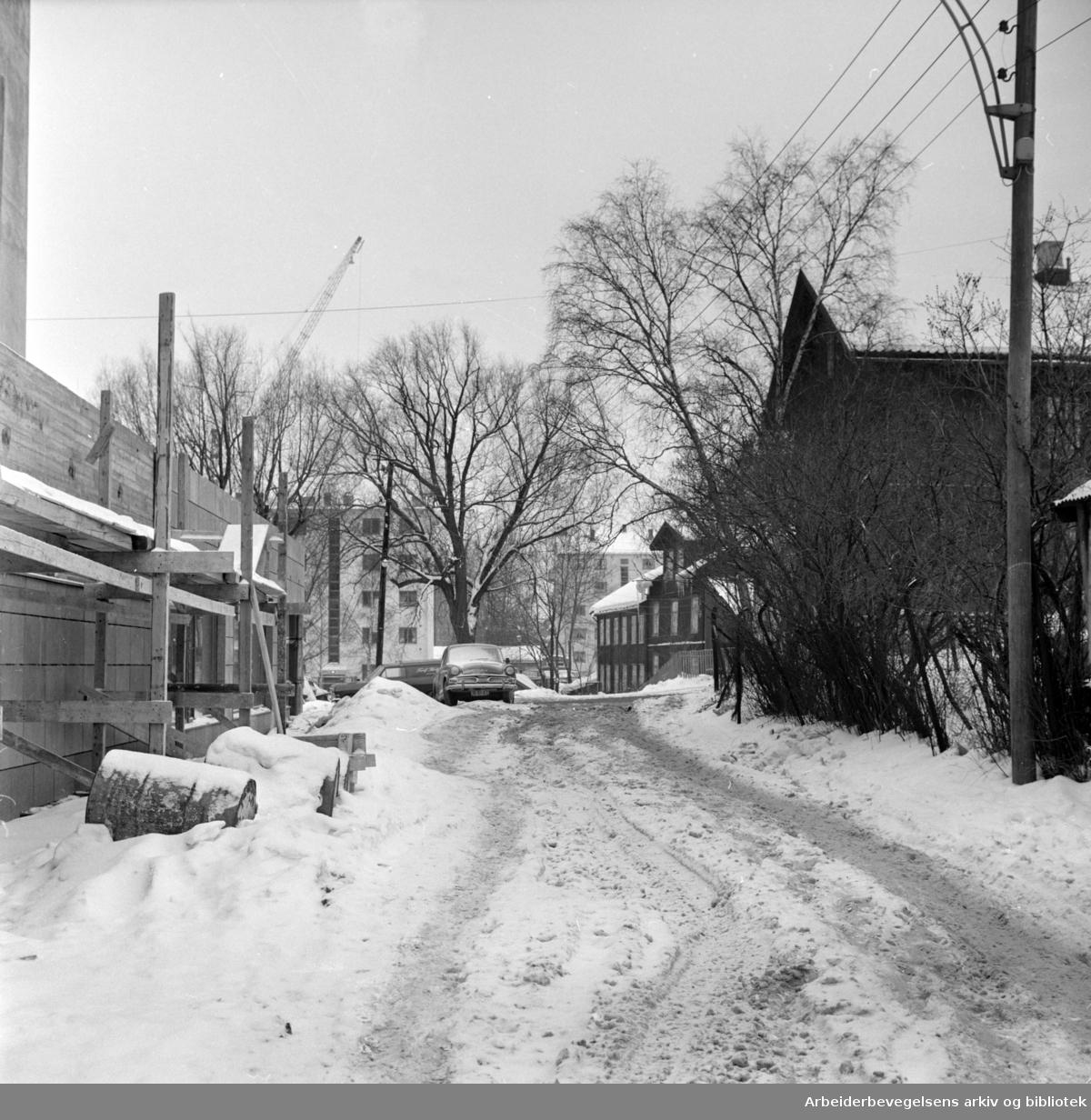 Østergaardsgate. Gjennomgangsvei som er dårlig brøytet. Januar 1966