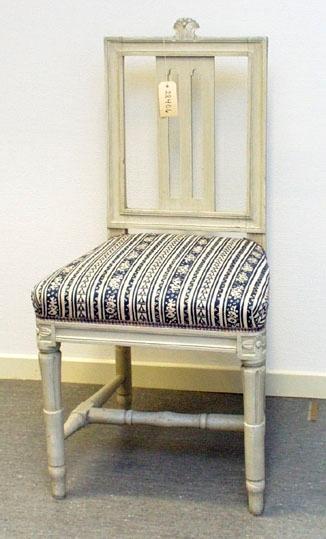 """Anmärkningar: Gustaviansk stol, troligen stockholmsarbete. Gråmålad. Rakt kälat ryggkrön med uppskjutande skulpterad dekor i form av en humlekvist. Ryggståndarna , liksom tvärslå i nedre delen är kälade.  Ryggbricka med genombruten dekor i två skåror. Stoppad sits. Stolssargen på tre sidor kälad. Kraftigt profilerat fotkryss. Rosettanfang på frambenen, som är kannellerade med s.k. strumpa vid fotkrysset. Det bakre stolsbensparet är enbart kannellerat med en skåra på framsidan.  Frambenens fötter är klumpigt svarvade i förhållande till övriga stolar i denna uppsättning ( 28406-28415). Den högra foten har en skada i form av en intryckning som målats över.  Under framsargen står """" Sätra Hälsobrunn"""" stämplat samt """" 436D"""" skrivet med penna. Förstärkt med nya träklossar under sargen. Omtapetserade.  Användes och används ännu som del av inredningen på Sätra brunn."""
