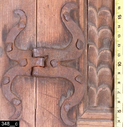 Anmärkningar: Hörnskåp, renässans, 1600-talets mitt.  Framskjutande och avfasat krön. Hela skåpet är kraftigt avfasat. Under krönet en äggstavsbård och därunder en tandsnittsbård samt en M-formad tandsnittsbård (observera att bårderna ej är applicerade utan skurna direkt ur träet, bild 348__b). Dörren och sidorna har identisk dekor och artikulation. Den översta spegeln är något rundad längst upp. Skuren fjällornamentik på sidorna. Utstickande profilerad list med två skurna äggstavsornament nedanför den översta spegeln. Den mellersta spegeln har en skuren arkadbåge med skuren fjällornamentik. Den nedersta spegeln har kontursågad nederdel. Dörren har två gångjärnsbeslag i järn (bild 348__c). Invändigt två hyllplan. På undersidan av det övre hyllplanet finns en upphängningsanordning för skedar. Profilerade sockellister. H:1080 Br:695 Dj:500  Jämför ett snarlikt skåp från Västmanland i Nordiska museets samlingar, avbildat i Johan Knutssons avhandling Folkliga Möbler - tradition och egenart, s. 153 (2001). Skåpet är, enligt Knutsson, intressant ur den synvinkeln att det visar hur de outbildade bygdesnickarna kunde hålla sig väl i fas stilistiskt med vad de utbildade stadssnickarna åstadkom vid samma tidpunkt.  Tillstånd: Delar av den M-formade tandsnittsbården saknas. Två inlägg på översta dörrspegeln saknas. Delar av arkadbågen på mellersta dörrspegeln saknas. Inlägg på nedersta dörrspegeln saknas. Inlägg på den översta vänstra sidospegeln saknas. Höger sockellist saknas. Nyckelskylt, lås och nyckel saknas.  Historik: Enligt liggaren köpt för 1,50 kronor 1875 och kommer från Möklinta, Norra Heden.  Ett nästan exakt likadant skåp (invnr 190182) finns på Nordiska Museet daterat till 1651 med härkomst från Möklinta. Vidare finns identiska skåp på följande museer:  Nordiska Museet invnr. 84 856 Gävleborgs läns museum invnr. 1752 Dalarnas museum invnr. 10 952  Negativnummer X-2212