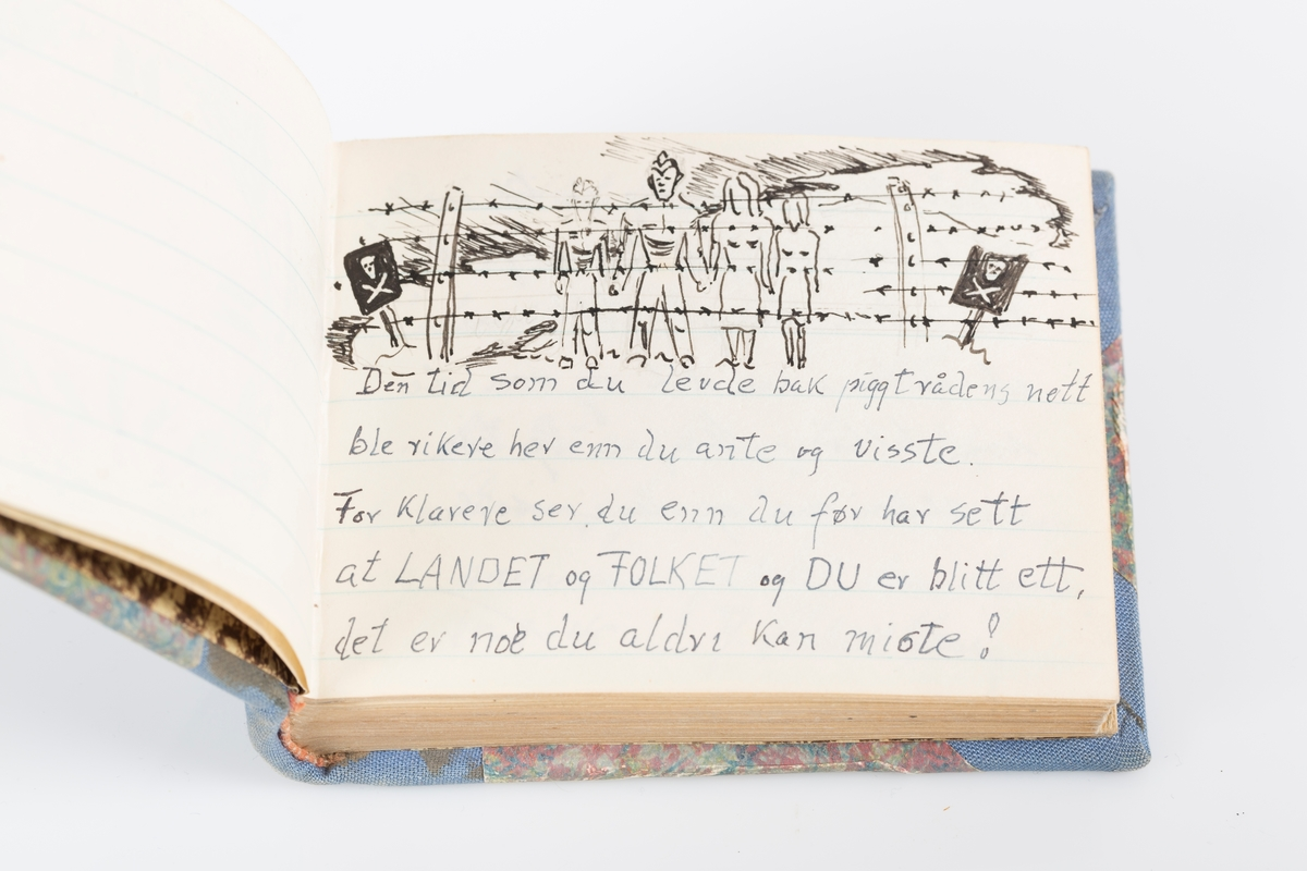 Innbundet minnebok med stive permer. Tittelblad med personopplysninger og akvarelltegning av Grini. Minneboken inneholder hilsener fra medfanger og flere detaljerte tegninger av leiren og livet der. Flere kjente fanger har skrevet sine hilsener i boken. Sidene i minneboken er linjerte.