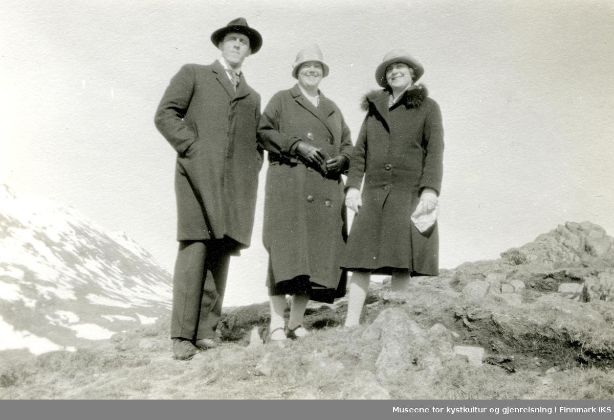 Sogneprest August Melbye (eller Mellbye) Bolstad og kone Solveig Østgaard (midten) med en ukjent person. Kanskje på spasertur på Magerøya. 1919-1927.