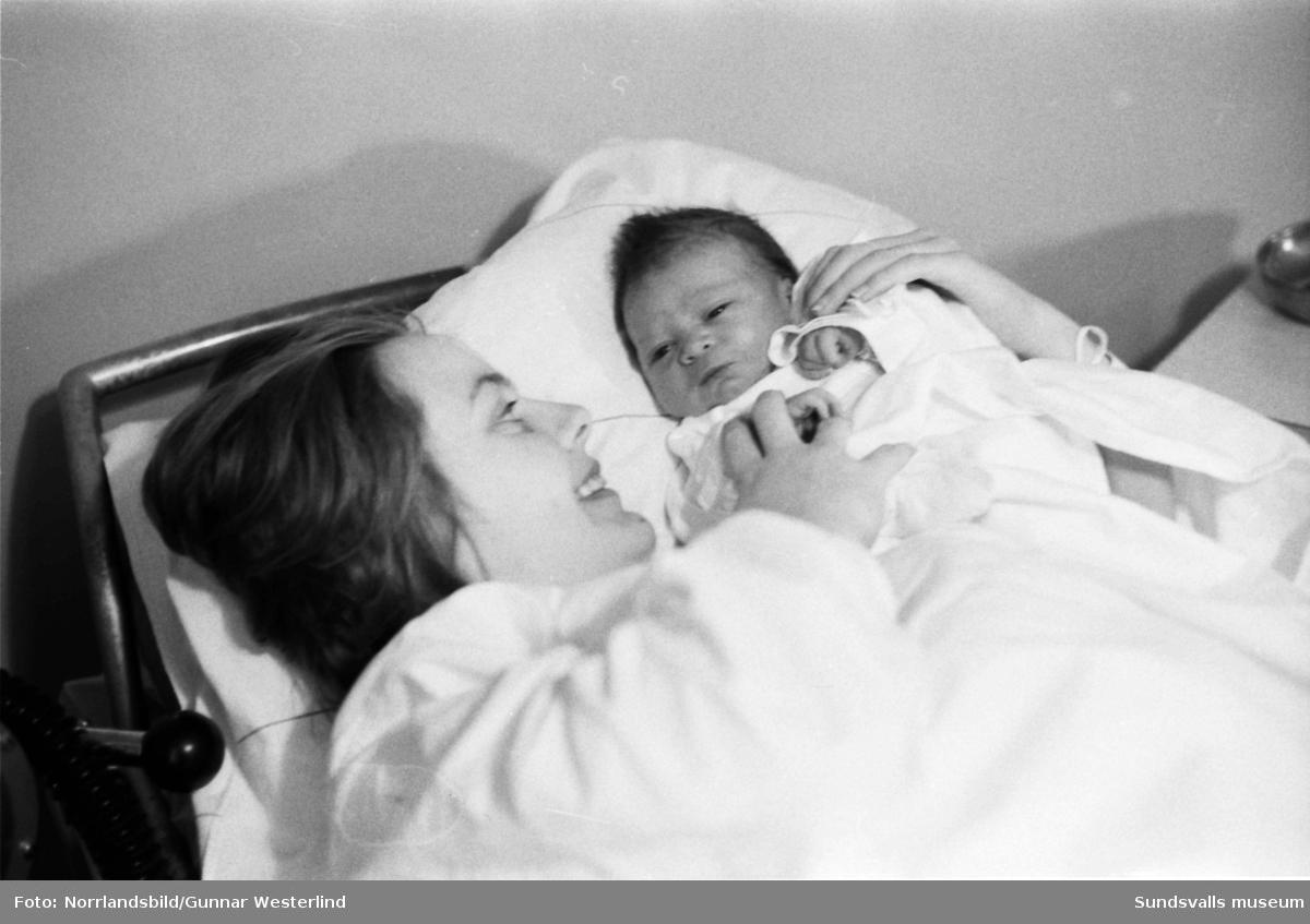 1961 års första baby med sin mor på Sundsvalls lasarett.