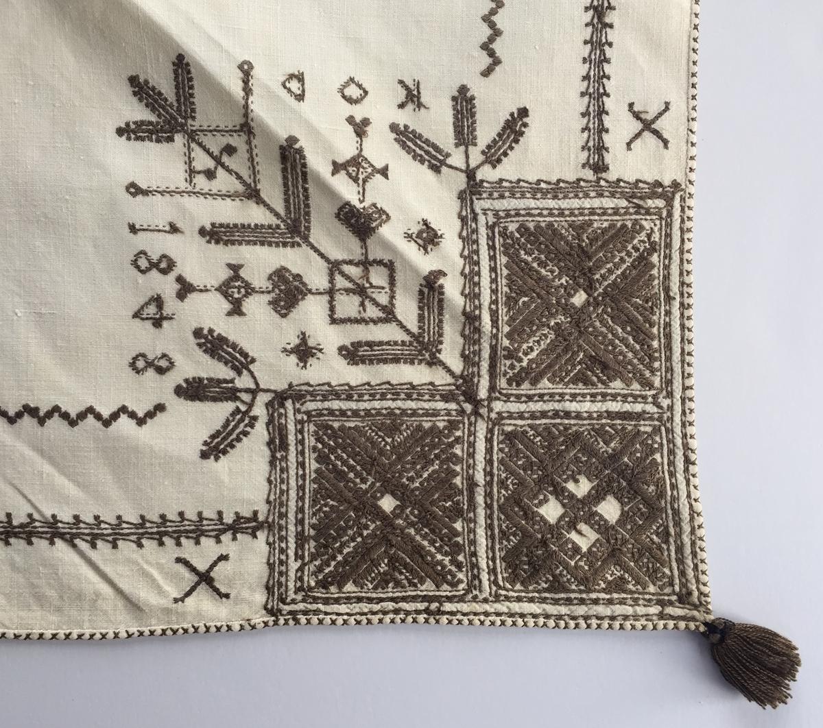 Geometriskt mönster  i kvadrater i hörnen. Två bårder mellan kvadraterna på ryggsnibb och framsnibbar.  På ryggsnibben tre kvadrater och en  majstångsspira samt märkning med årtal och initialer. På varje framsnibb en kvadrat och en trekant. Sex ornament.