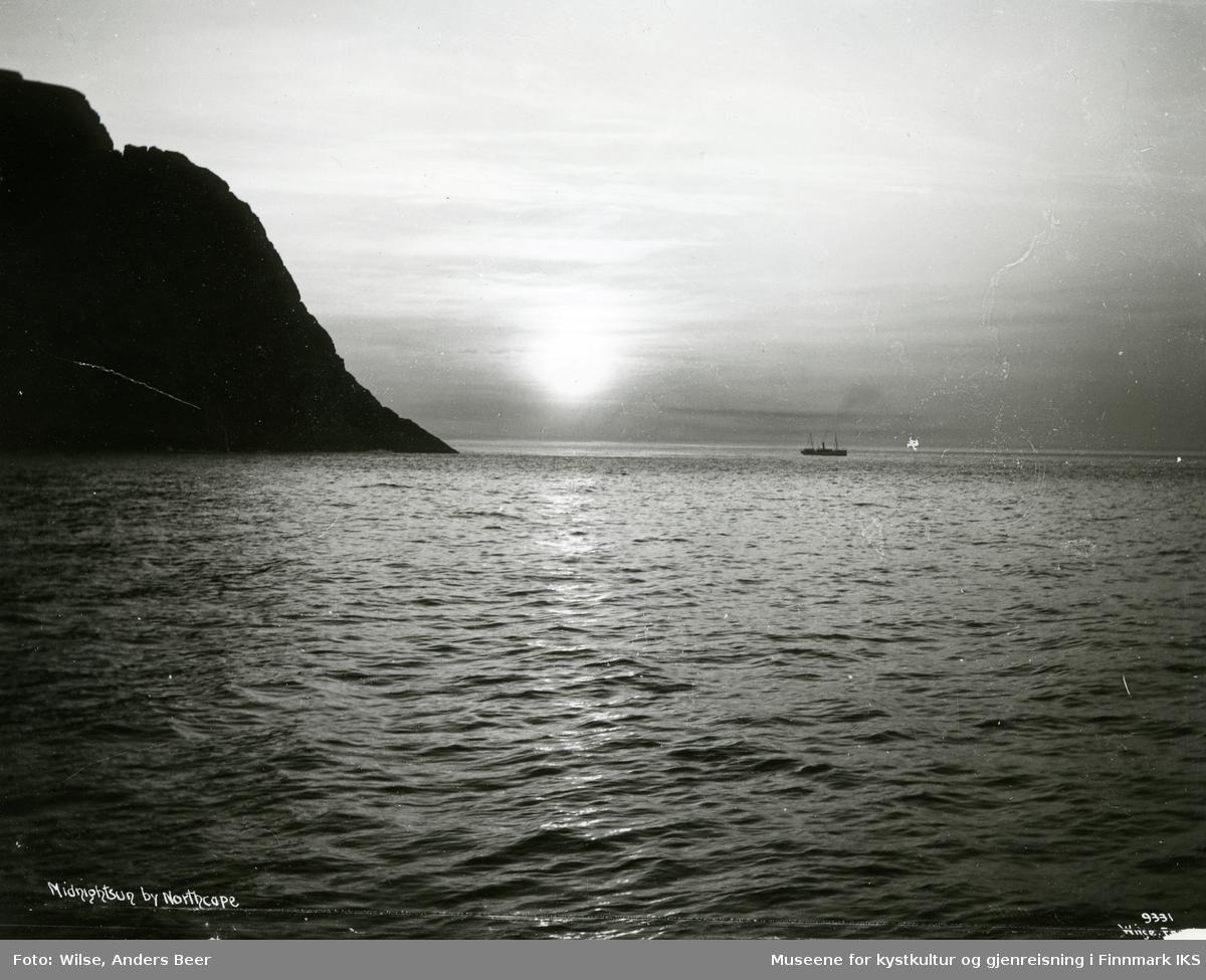"""Midnattsol. D/S """"Neptun"""" i nærheten av Nordkapp. 12.08.1908. (Originalnegativet eies av Norsk Folkemuseum, W 09331)"""