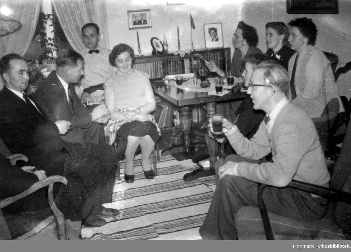 Familien er igjen samlet. Familiealbum tilhørende familien Klemetsen. Utlånt av Trygve Klemetsen. Periode: 1930-1960.