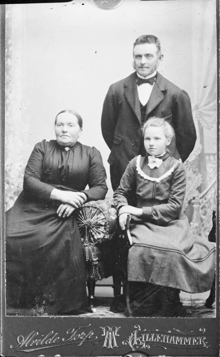 Portrett av mann, kvinne og barn, alle ukjente