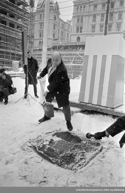 Konserthuset: Ordfører Brynjulf Bull legger ned grunnsteinen. Desember 1967