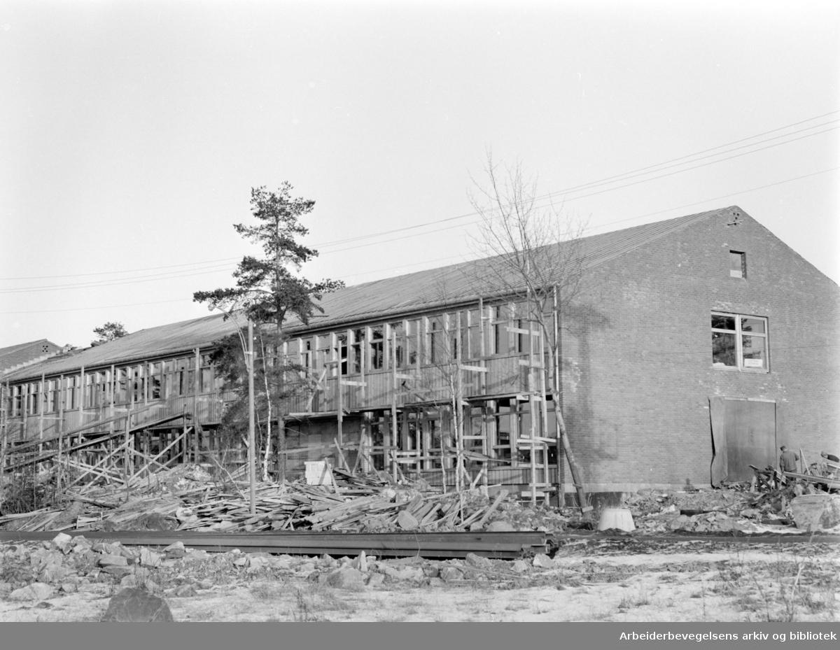 Karlsrud folkeskole skal stå ferdig før sommerferien. Januar 1964