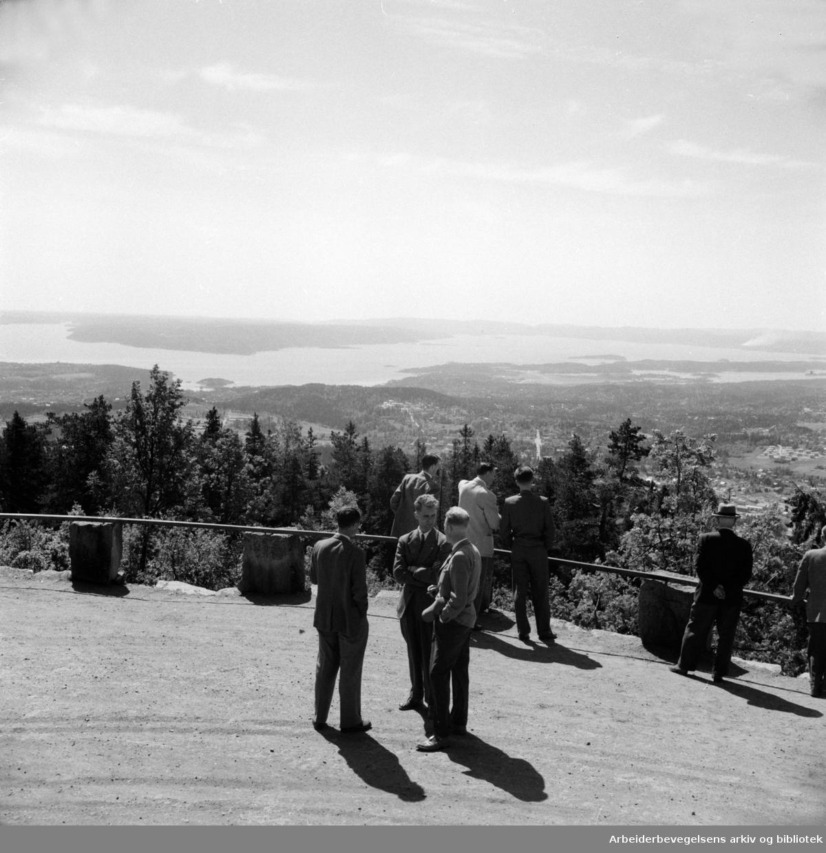 Holmenkollen restaurant. Utsikt over byen. Mai 1954