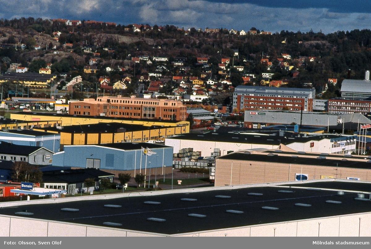 Vy från Balltorp mot Åbro industriområde i Mölndal, september 1994. I bakgrunden ses bostadsbebyggelse i Brännås. FD 7:27.