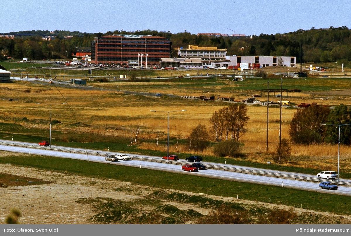 Del av Fässbergsdalen, Mölndal, i maj 1995. Mölnlycke AB (numera SCA) har flyttat in i Europahuset i Eklanda och byggt till. Huset kallas i fortsättningen  Mölnlyckehuset. I bildens nederkant ses trafik på Söderleden.