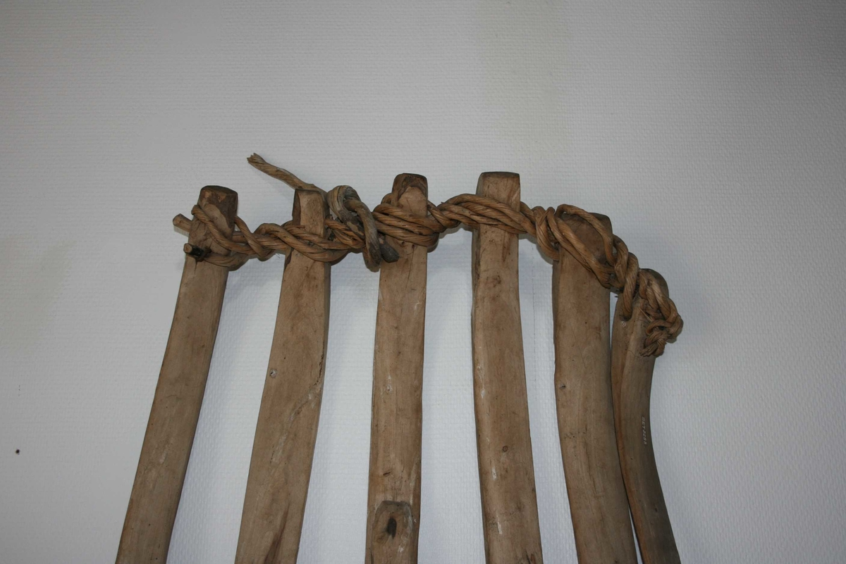 """Form: 6 lange skier (""""sidebein""""), ovalt tverrsnitt. Bundne saman med vidjer."""