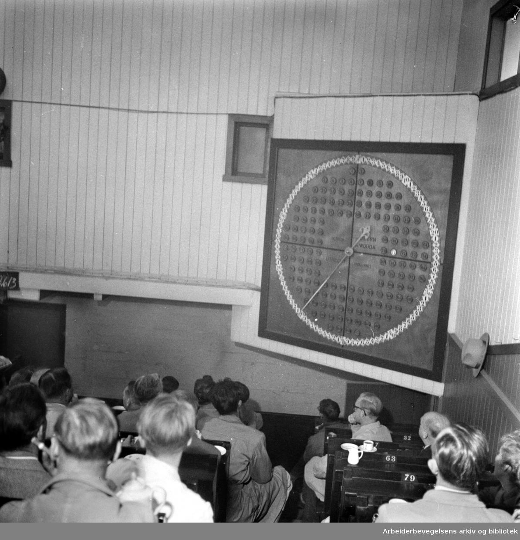 """Gartnerhallen. Grønnsaker selges over """"uret"""". Mai 1957"""