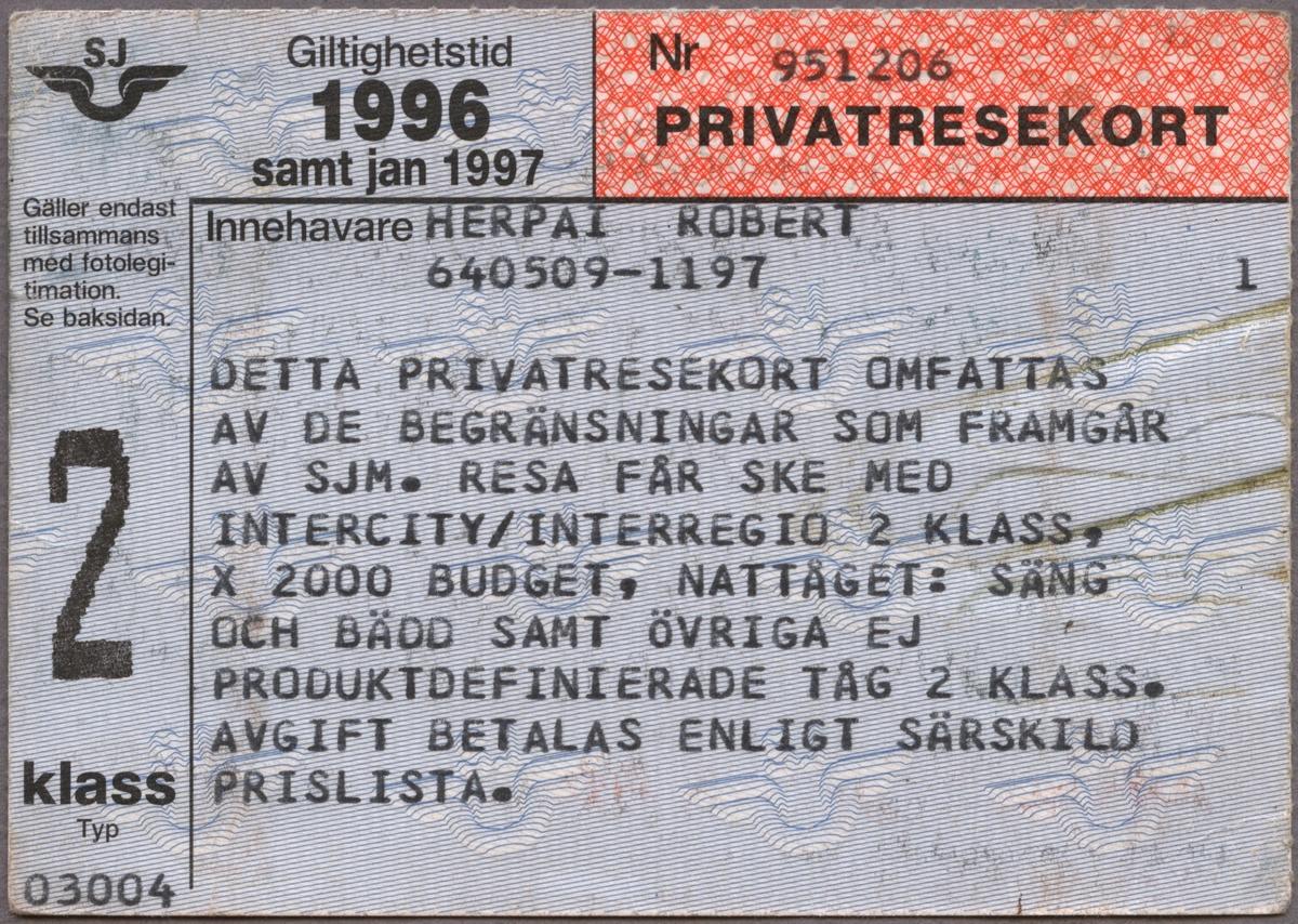 """Ljusblått, mönstrat privatresekort med tryckt text i svart """"Giltighetstid 1996 samt jan 1997"""" står längst upp till vänster och till höger i ett rödmönstrat fält står """"PRIVATRESEKORT"""" med en avdelad linje mellan fälten. Under dessa fält står texten: """"Innehavare ROBERT HERPAI  DETTA PRIVATRESEKORT OMFATTAS AV DE BEGRÄNSNINGAR SOM FRAMGÅR AV SJM. RESA FÅR SKE MED INTERCITY/INTERREGIO 2 KLASS, X 2000 BUDGET, NATTÅGET: SÄNG OCH BÄDD SAMT ÖVRIGA EJ PRODUKTDEFINIERADE TÅG 2 KLASS. AVGIFT BETALAS ENLIGT SÄRSKILD PRISLISTA"""". I övre vänstra hörnet finns SJ's logga, vingarna med initialerna ovanför, i svart och under denna instruktioner rörande fotolegitimation samt """"2 klass"""". SJ's logga utgör även mönster på kortet. På baksidan finns regler/bestämmelser för kortet.  Se bilaga till samlingar. Förkortningen SJM, som nämns i texten ovan står på den broschyr som är bifogad Jvm_22033_8 vilken innehåller regler/bestämmelser för frikort/fribiljetter hos SJ."""