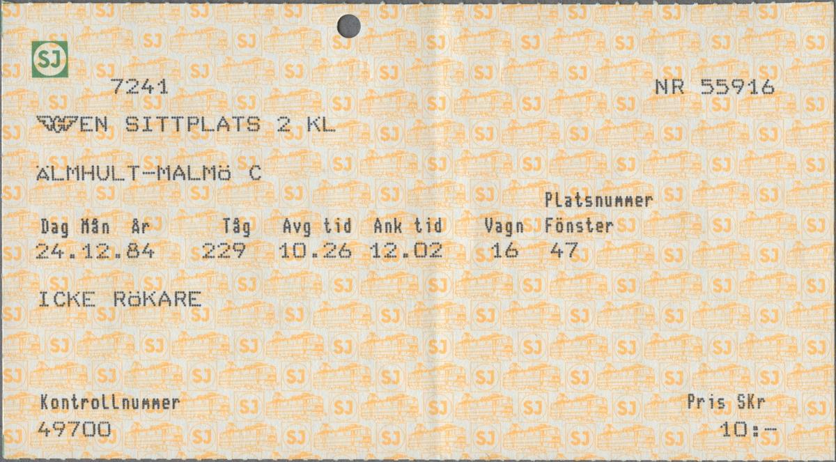 """Gulmönstrad biljett med tryckt text i svart: """"EN SITTPLATS 2 KL ÄLMHULT-MALMÖ C Dag Mån År 24.12.84 Tåg 229 Avg. tid 10.26 Ank. tid 12.02 Vagn 16 Platsnummer Fönster 47 ICKE RÖKARE Pris SKr 10:-"""". Biljettens mönster består av ellok samt SJ´initialer i gult inom en vit cirkel med ram runtom. Initialerna återfinns i grönt i en gul cirkel med grön ram, i övre vänstra hörnet. SJ's logga i en mindre variant, det bevingade hjulet, tryckt i svart står under den föregående loggan. En biljettång har stansat ett hål i överkanten på biljetten. Baksidan har regler/bestämmelser för biljetten.  Det finns tre dubbletter varav en har biljett- och platsnummer närmast efter biljetten och övriga har annat datum, klockslag, med flera parametrar."""