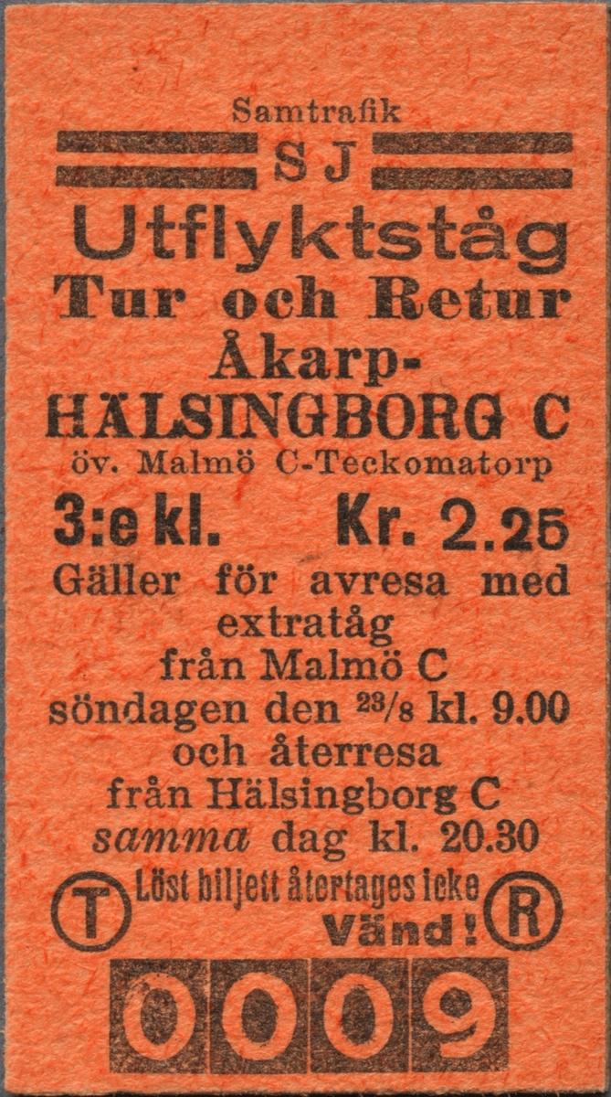 """Brun Edmonsonsk biljett med tryckt text i svart: """"Samtrafik SJ Utflyktståg Tur och Retur Åkarp-HÄLSINGBORG C öv. Malmö C-Teckomatorp  3:e kl. Kr. 2.25 Gäller för avresa med extratåg från Malmö C söndagen den 23/8 kl. 9.00 och återresa från Hälsingborg C samma dag kl. 20.30 Löst biljett återtages icke"""". I nederkant på vänster sida står ett stort """"T"""" inom en cirkel och på höger sida finns ett motsvarande """"R"""". Två tjocka, svarta streck finns på var sida om bolagsnamnet, över bolagsnamnet står """"Samtrafik"""" och i nederkant står biljettnumret """"0009"""". Baksidan har regler/information för biljetten."""