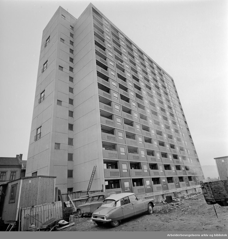 Enerhaugen. Leiligheter og 50 garasjer. Desember 1962