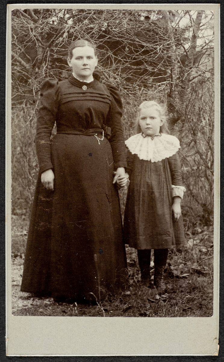 En kvinna och ett barn.