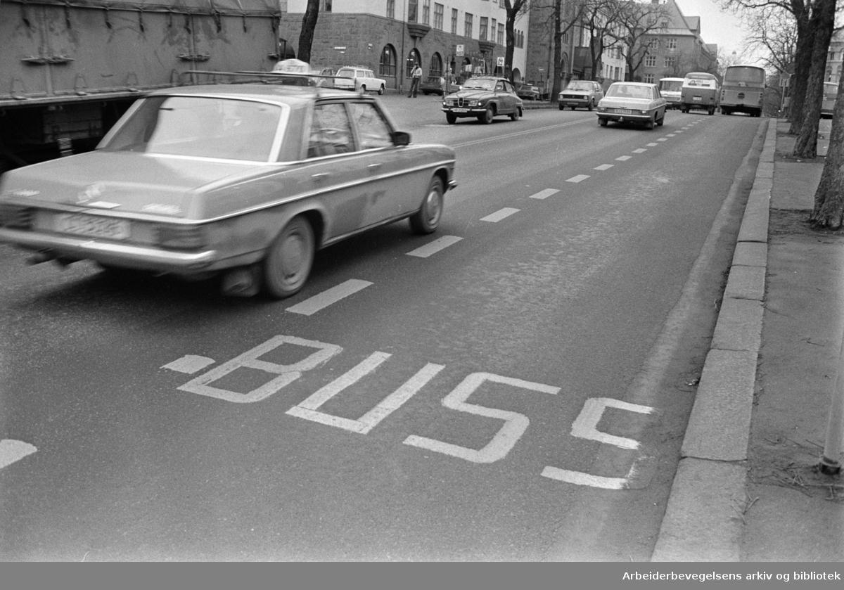Bygdøy Allé. Drosjene får ikke benytte kollektivtraseene i Bygdøy Allé. Bussfil. November 1975