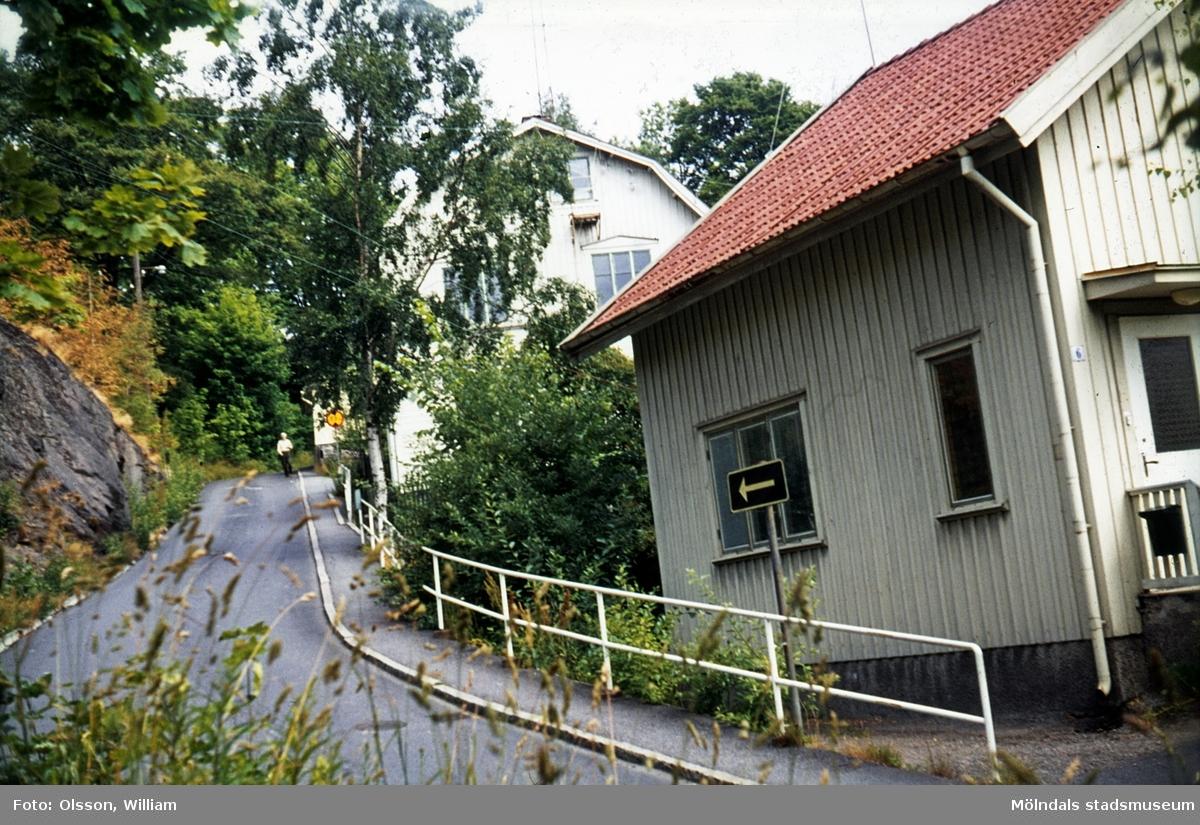 Samuel Norbergsgatan – Friareliden, okänt årtal. Den enkelriktade backen svänger åt höger utefter Störtfjället. Två bostadshus ses till höger. Framför husen ligger en trottoar.