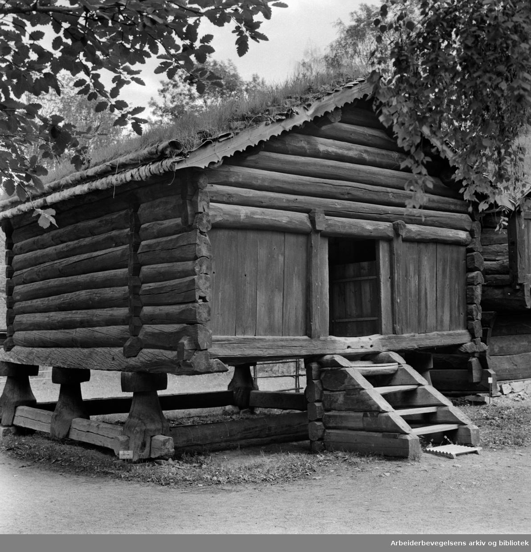 Bygdøy. Folkemuseet. Stabbur med nevertak. Eksteriør. August 1966