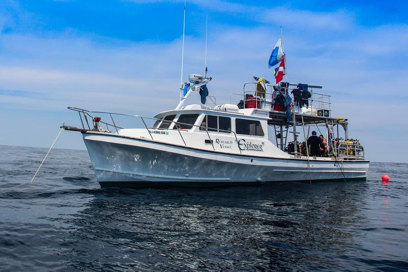 Den hvite båten Explorer på havet. (Foto/Photo)