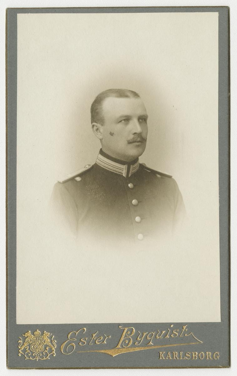 Porträtt av Carl Erik Iggberg, löjtnant vid Upplands regemente I 8.  Se även bild AMA.0014352.