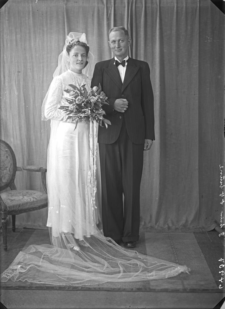 Portrett. Ung kvinne og ung mann. Brudpar. Bestilt av Torgils Eide. Stoltenberggt. 25