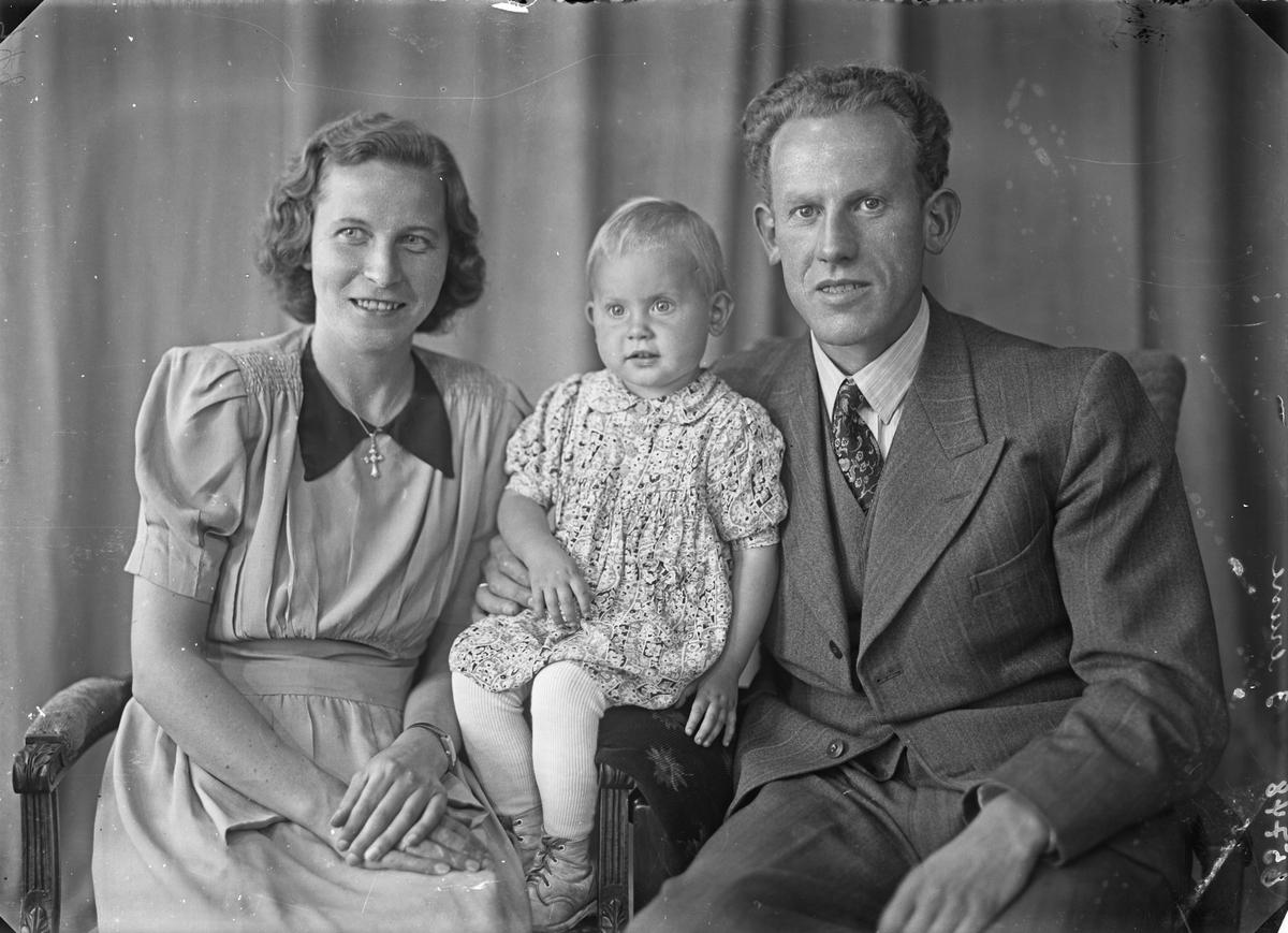 Gruppebilde. Familiegruppe på tre. Kvinne, mann og ung pike.  Bestilt av Alf Sirnes. John Risøisgt. 114