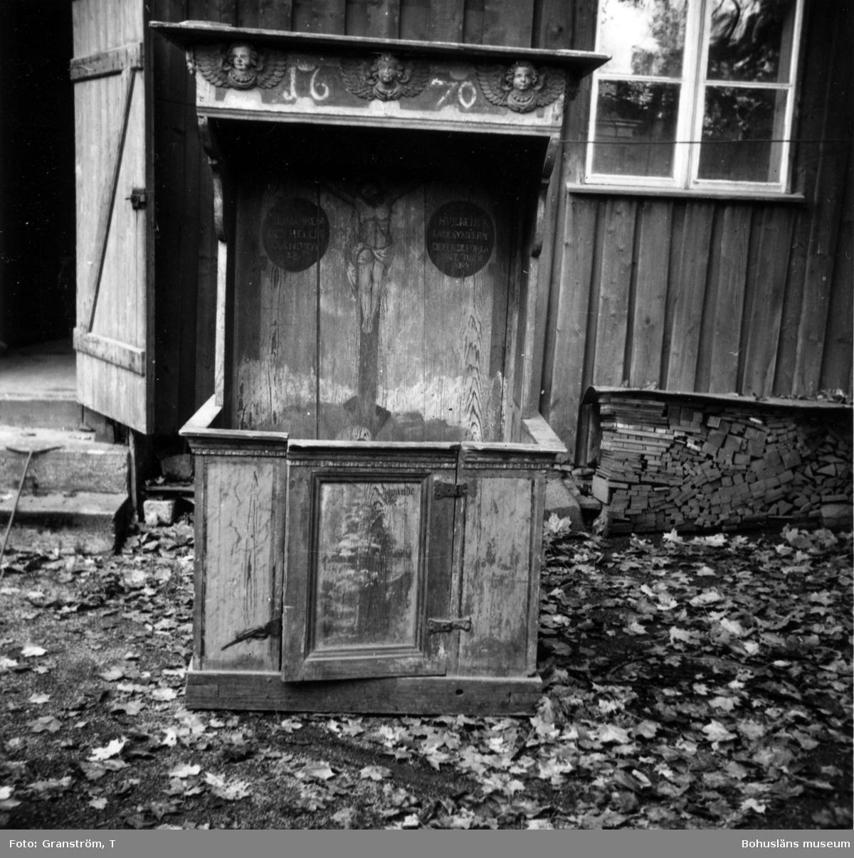 """Text till bilden: """"Biktbänk från Brastad gamla kyrka. Nu Uddevalla museum [Bohusläns museum]""""."""