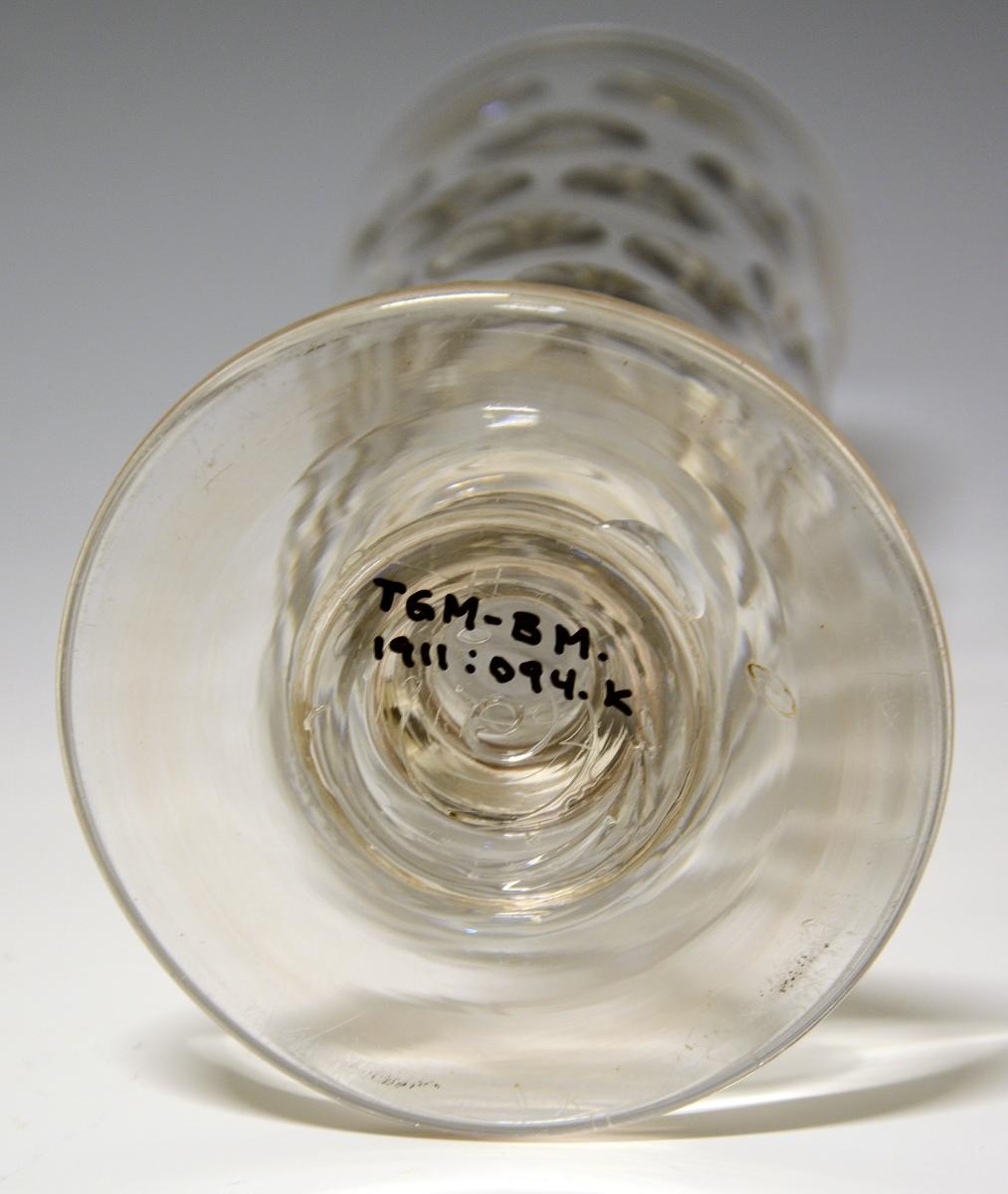 Glasspokal på stett, med slipt mønster. Tykt glass.