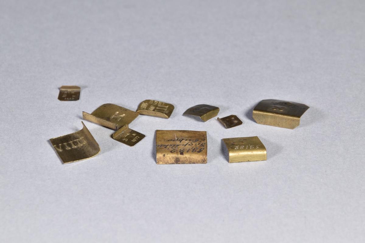 Gramvikt, 10 st, av mässingsplåt, fyrkantiga i olika storlekar med instämplade romerska siffor.