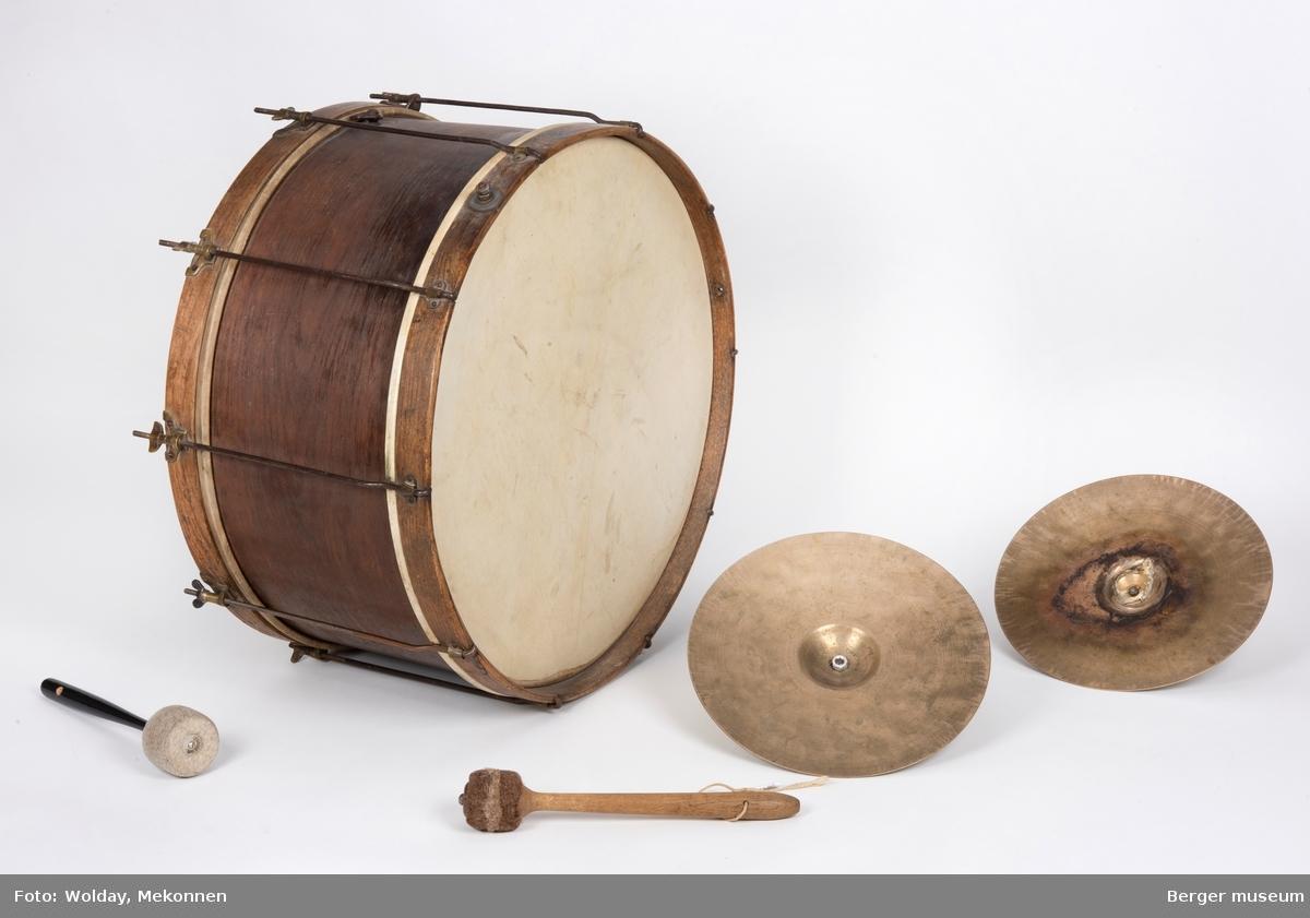 Et komplekst objekt bestående av tromme, cymbaler og trommestikke.