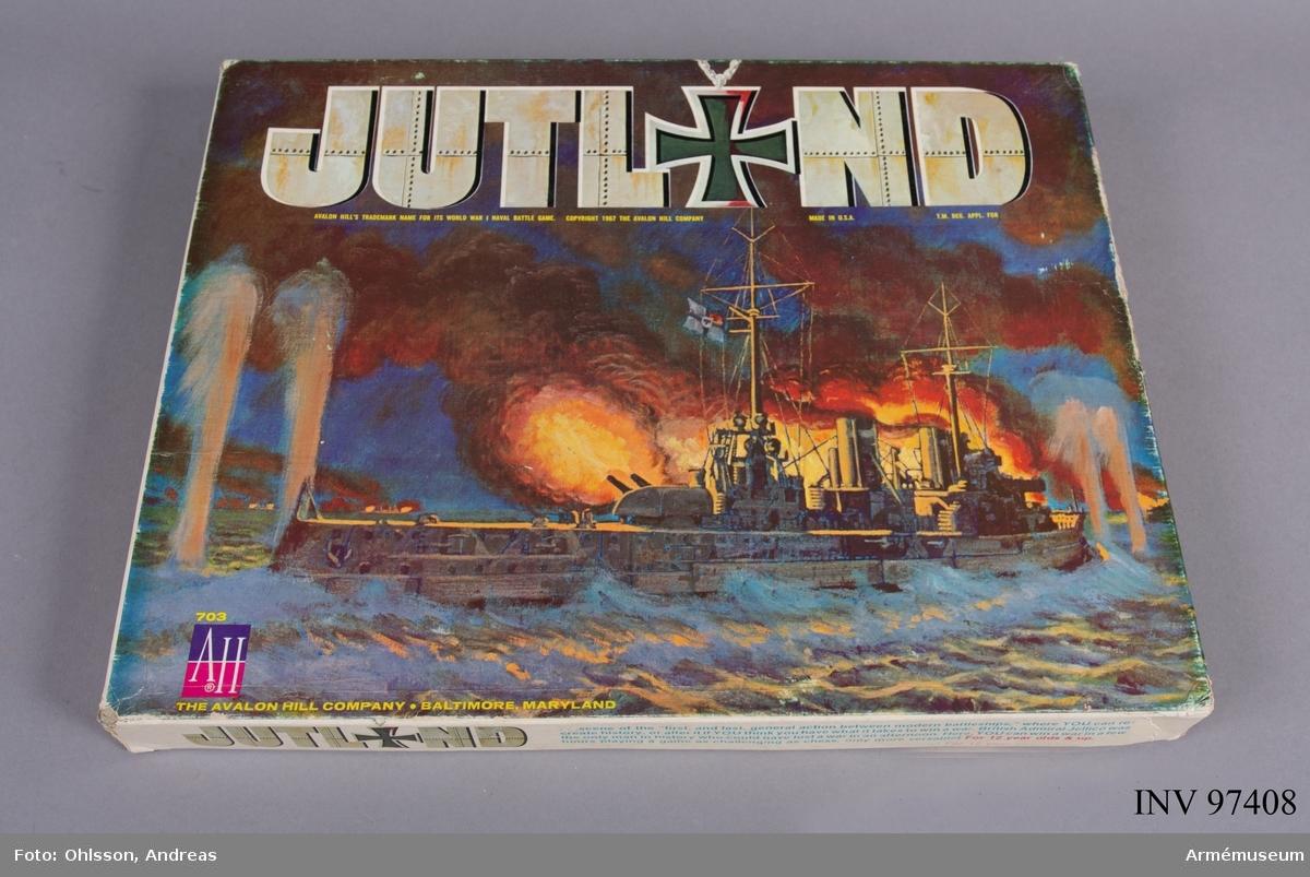 Spelet består av ett block med diverse kartor, diagram och tabeller, ett regelhäfte, cirka 100 rektangulära spelmarkeringar föreställande fartyg, ett tiotal kort avsedda för att mäta effekterna av eldgivning, samt penna och en tärning. Spelet simulerar slaget vid Jutland i Nordsjön 1916.