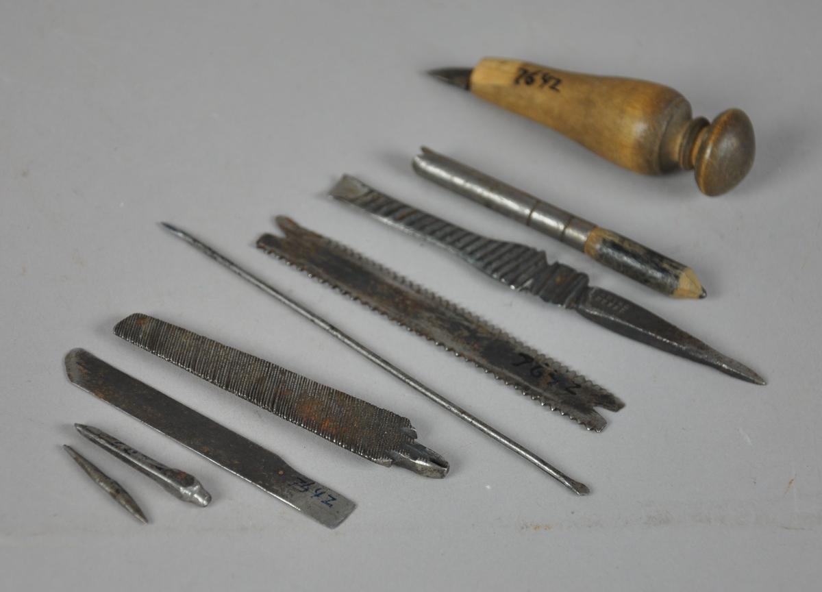9 verktøy fra Erik Helleløkken. To filer, tre deler til syl, to blad [ett sagblad], én blyant og én kniv [sannsynligvis selvlaget, bladet på kniven kan sammenlignes med et skalpellblad].
