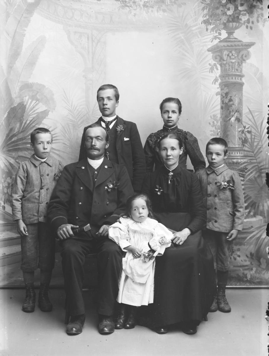 Baneformann Hans Mathisen med kona Eline Olsdatter og barna, fra venstre: Harald, Agnes, Ludvig, Peter og Rakel.