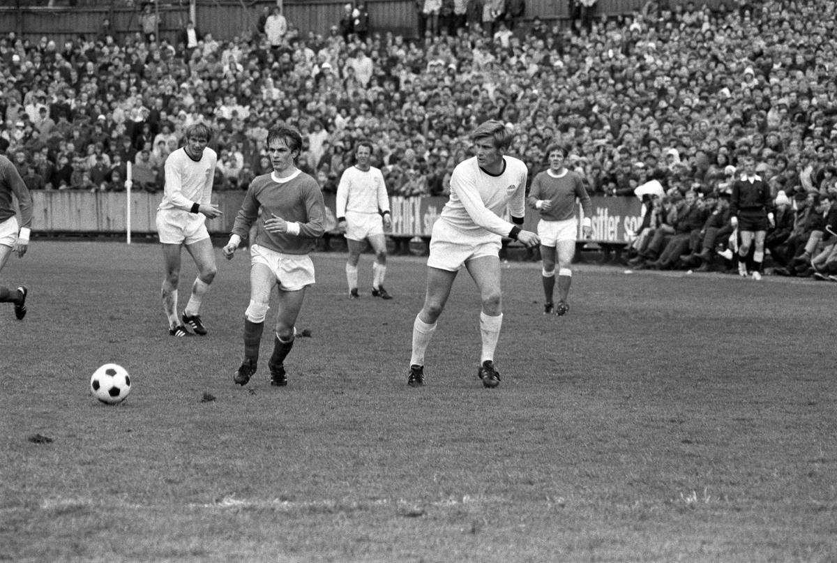 Strømsgodset spiller fotballkamp på Brann stadion i Bergen, mai 1971. Strømsgodset i lyse drakter. Ukjente spillere.