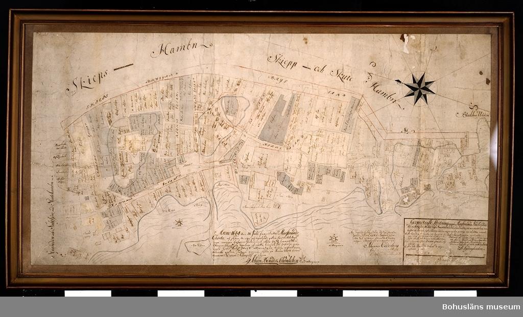 Karta över Marstrands stads område. Utförd i grått och brunt tusch. Kopian utförd 10 april 1757 av Johannes Cederberg efter original från 28 juli 1684 beställd av Johan Benedikt Schönleben (1613-1706; landshövding, generallöjtnant) efter uppmätningar av D Lydinghielm på order av generalqvartermästare Dahlbergs brev av 19 mars 1683. Kvarter utritade liksom tomter varpå ägarnas namn utskrivits. Kartan var vid mottagandet glasad och ramad med bronsfärgad träram med hålkärl och tunn pärllist av en bredd av 3,5 cm totalt, från omkring 1930-1940. Ersatt av tekniska skäl med slät passepartout. Måtten synlig bildyta.