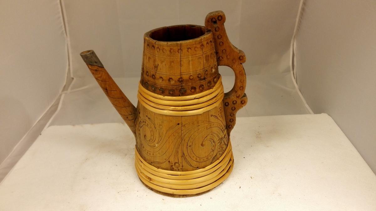 1 øltenker.  En øltanker av samme type som nr.4581, men foruten svijernsornamenter har den rundt siden indenskaarne slyngornamenter. Fra Eraker i Borgund. Kjøpt ved Ola L. Flage, Bulken.