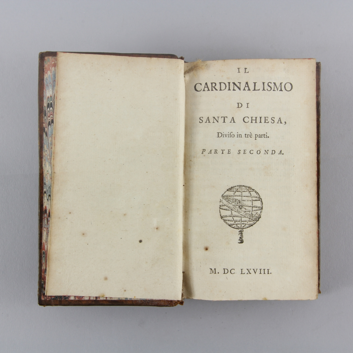 """Bok, helfranskt band """"Il cardinalismo di Santa Chiesa"""", del 2. Skinnband med guldpräglad rygg i fem upphöjda bind, marmorerat papper på pärmens insida. Rödstänkt skuret snitt."""