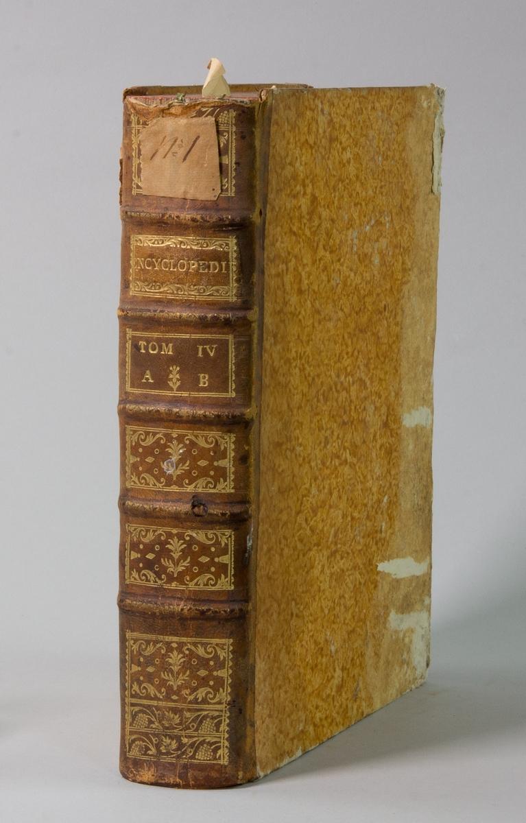"""Bok, """"Encyclopédie ou dictionnaire raisonné des sciences, des arts et des métiers"""" av Diderot och d`Alembert, utgiven 1778. Tredje upplagan, vol. 4. Halvfranskt band med pärmar av papp med påklistrat marmorerat papper, rygg av skinn med fem upphöjda bind med guldpräglad dekor, blindpressad och guldornerad rygg, titelfält med blindpressad titel och ett mörkare fält med volymens nummer. Påklistrad pappersetikett med samlingsnummer med bläck. Med rött snitt."""