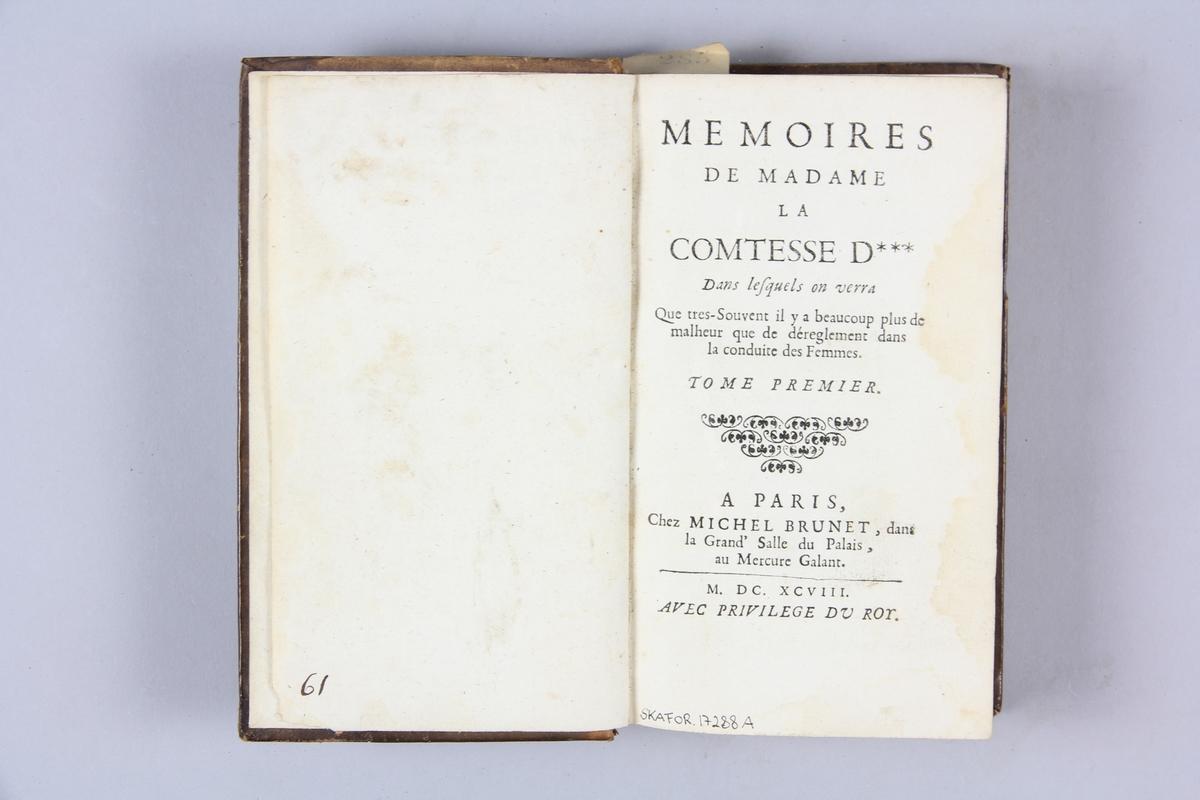 """Bok, helfranskt band, """"Mémoires de madame la comtesse d***"""", del 1, tryckt i Paris 1698. Skinnband med rygg i fem upphöjda bind med guldpressad dekor, titelfält med blindpressad titel och fält med volymens nummer. Med stänkt snitt. Påklistrad pappersetikett med samlingsnummer. Anteckning om inköp."""
