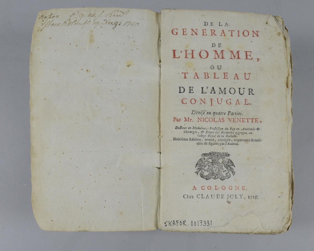 """Bok, """"De la génération de l'homme, ou tableau de l'amour conjugal"""", skriven av Nicolas Venette, tryckt i Köln 1716. Pärmen klädd med marmorerat papper, oskurna snitt. På ryggen klistrade pappersetiketter med titel och samlingsnummer. Utvikbara planscher. Anteckning om förvärv på pärmens insida."""