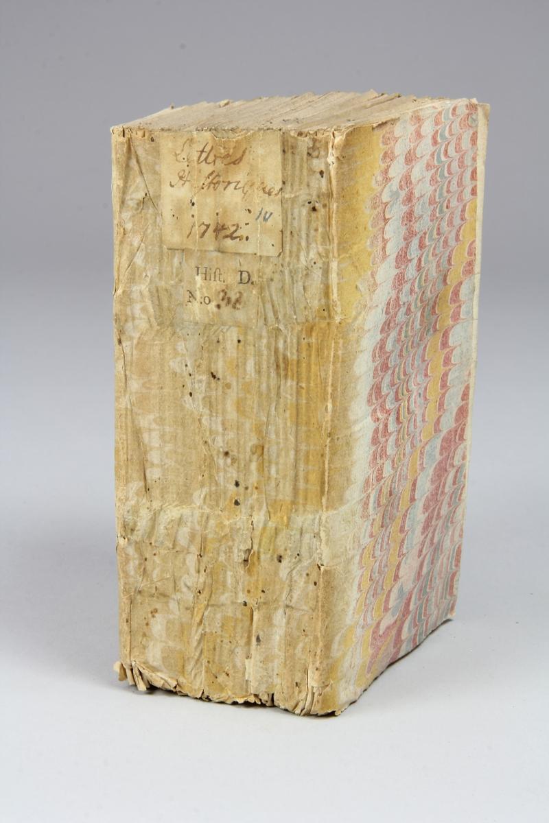 """Bok, häftad, """"Lettre historique et politique"""" tryckt 1742 i Amsterdam. Pärmar av marmorerat papper, blekt rygg med påklistrade etiketter med titel och samlingsnummer. Oskuret snitt."""