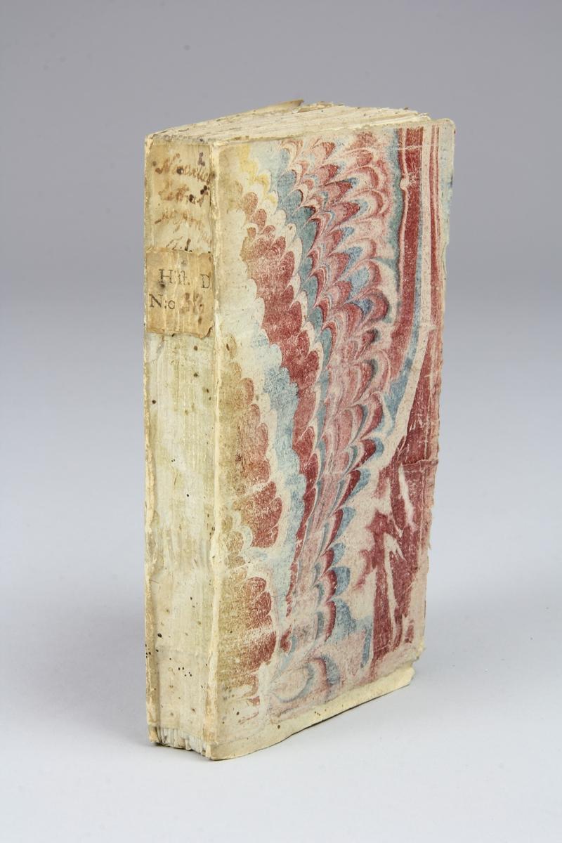 "Bok, pappband, ""Nouvelles lettres historiques et politiques"", del 1, tryckt 1744 i Amsterdam. Pärmar av marmorerat papper, blekt rygg med påklistrade etiketter med titel och samlingsnummer. Oskuret snitt, ouppskuren."