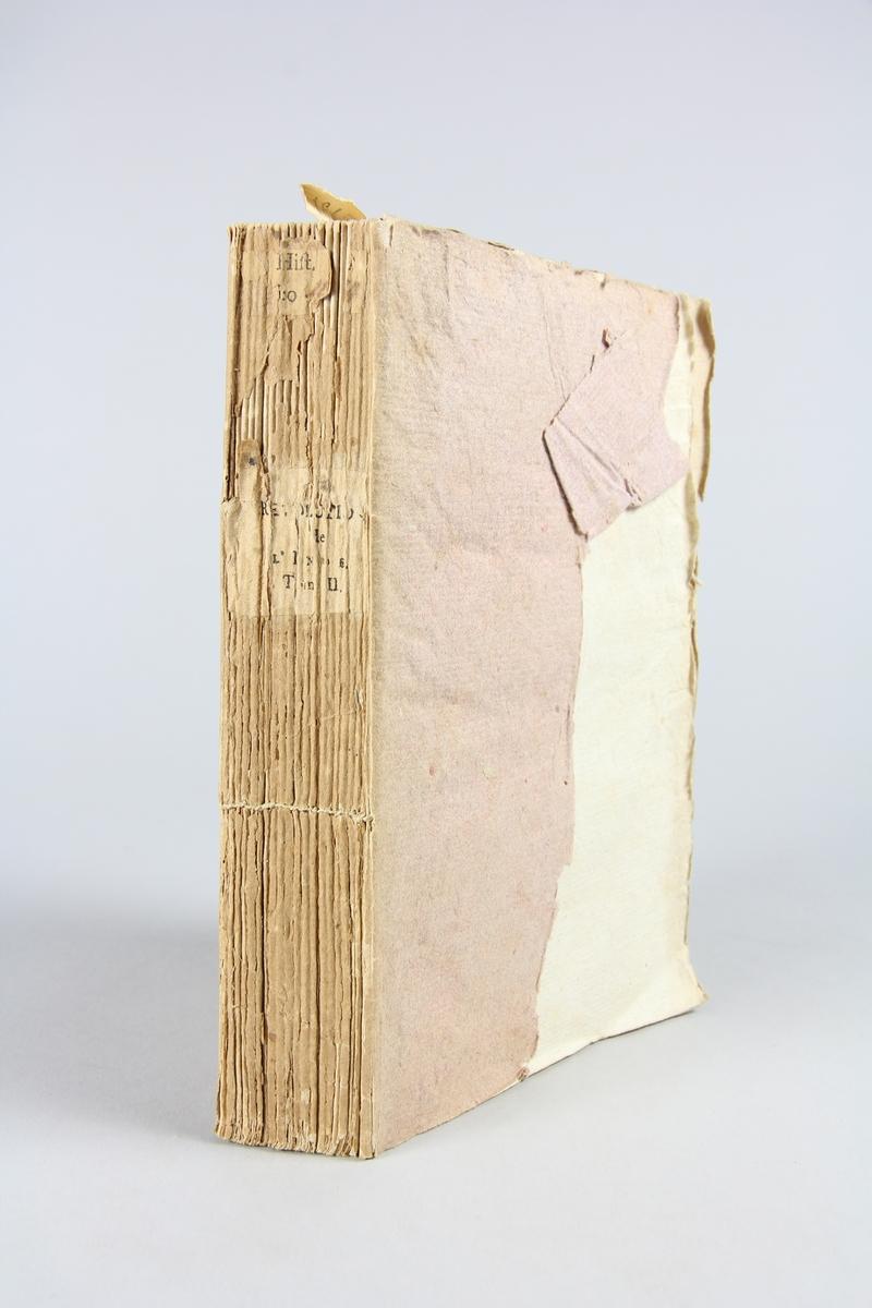 """Bok, pappband, """"Révolutions de l´Inde"""", del 2, tryckt 1796 i Paris. Pärmar av ljusbrunt papper, blekt rygg med tryckta etiketter med bokens titel och nummer, otydlig text. Skuret snitt."""