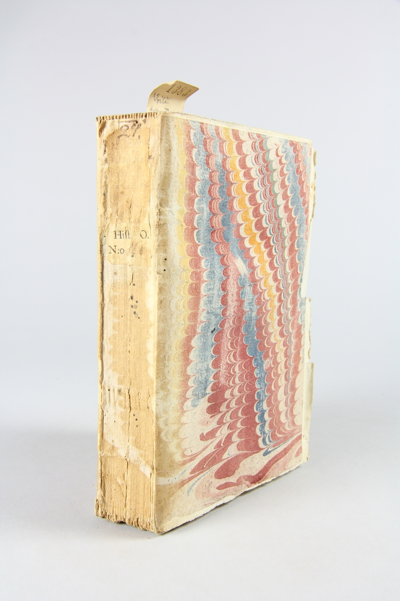 """Bok, pappband, """"Histoire de la derniere guerre"""", del 2, tryckt 1736 i Amsterdam. Marmorerade pärmar, blekt rygg med påklistrade etiketter, delvis oläsliga. Oskuret snitt, ej uppskuren. Med kartor."""